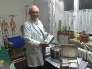 Dr. Mayr mit medizinischem Material