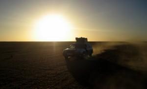Subaru auf der Piste im Sonnenuntergang