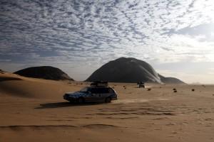 Wüste am Vormittag. Im Hintergrund der Monolith!